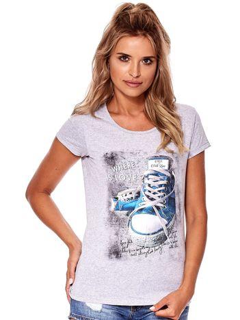 Szary t-shirt z kolorowymi trampkami