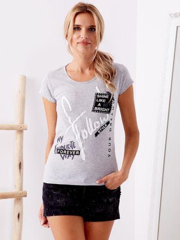 Szary t-shirt z tekstowymi nadrukami