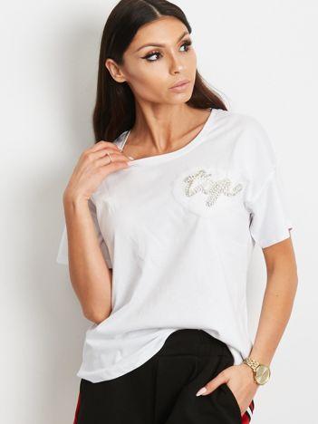 T-shirt biały z biżuteryjną naszywką