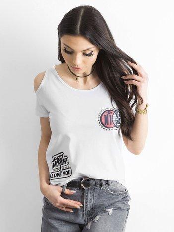T-shirt biały z wycięciami i naszywkami