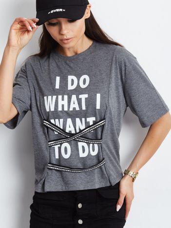 T-shirt ciemnoszary z napisem i graficznymi taśmami