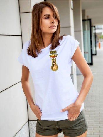T-shirt damski biały z naszywkami z motywem wojskowym