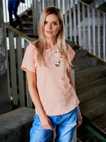 T-shirt damski brzoskwiniowy z naszywkami DOGS