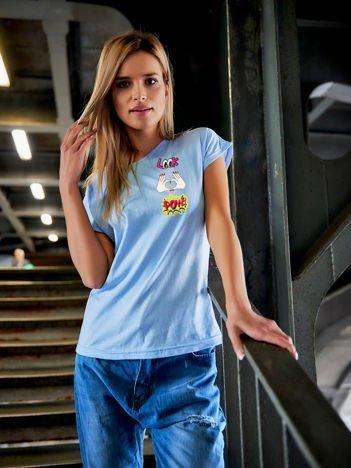 T-shirt damski niebieski z naszywkami