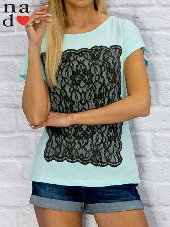 T-shirt damski z koronkowym nadrukiem turkusowy