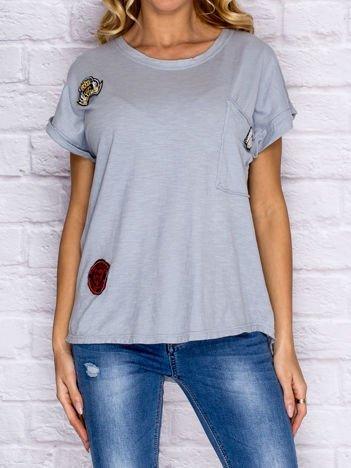 T-shirt damski z naszywkami i kieszenią szary