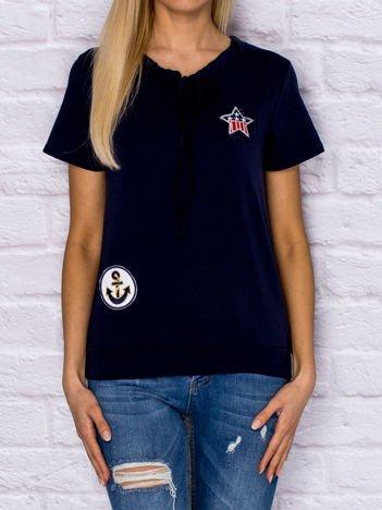 T-shirt damski z wiązaniem i naszywkami granatowy