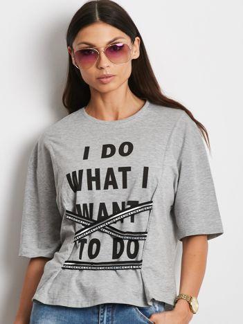 T-shirt jasnoszary z napisem i graficznymi taśmami