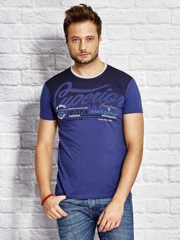 T-shirt męski z miejskim nadrukiem ciemnoniebieski