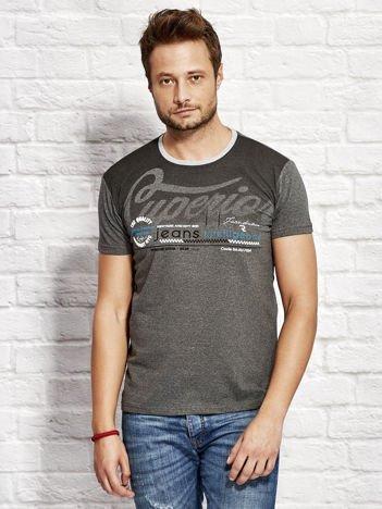 T-shirt męski z miejskim nadrukiem ciemnoszary