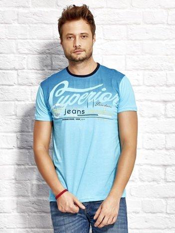 T-shirt męski z miejskim nadrukiem jasnoniebieski