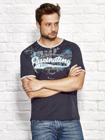 T-shirt męski z motywem urban print granatowy
