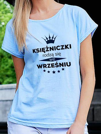T-shirt z nadrukiem KSIĘŻNICZKI RODZĄ SIĘ WE WRZEŚNIU niebieski
