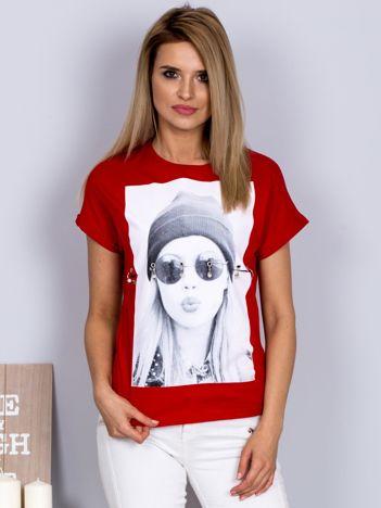 T-shirt z nadrukiem dziewczyny i rozcięciem czerwony