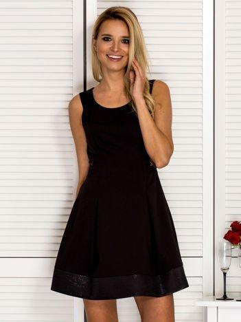 Trapezowa sukienka koktajlowa z zakładkami czarna