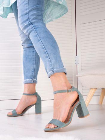 Turkusowe sandały z eco zamszu na wysokim asymetrycznym słupku