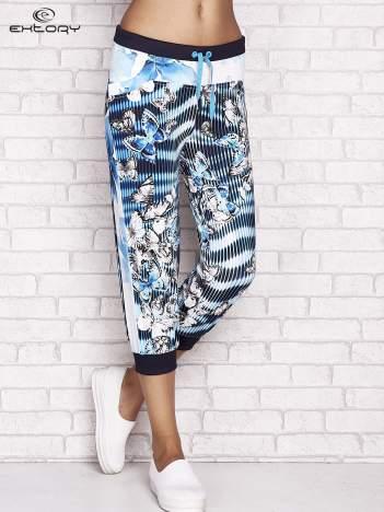 Turkusowe spodnie capri z nadrukiem motyli