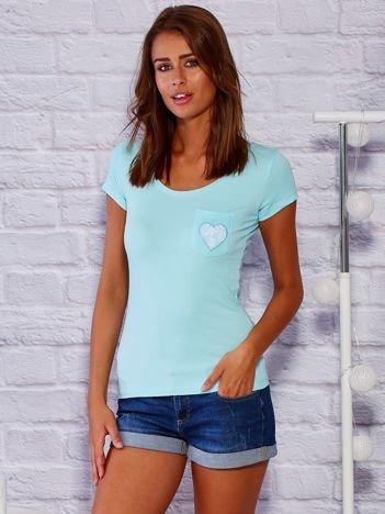 Turkusowy t-shirt z koronkowym sercem