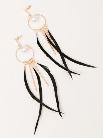 Wiszące złote długie kolczyki z perłami oraz piórkami na obręczy i złotymi pałeczkami Zapięcie na sztyft Pokryte 18k złotem