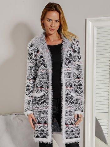 Włochaty sweter we wzory z kapturem czarny