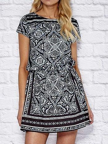 Wzorzysta sukienka dzienna z gumką w pasie turkusowa