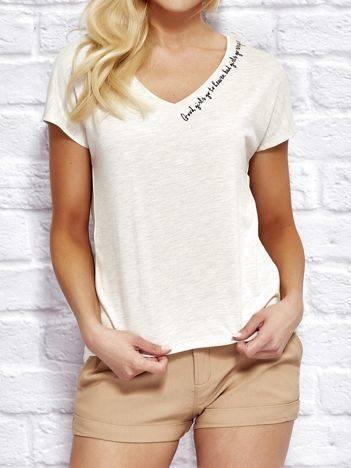 YUPS Beżowy t-shirt z delikatnym tekstowym nadrukiem
