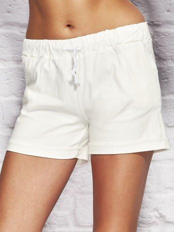 YUPS Białe szorty z podwijanymi nogawkami