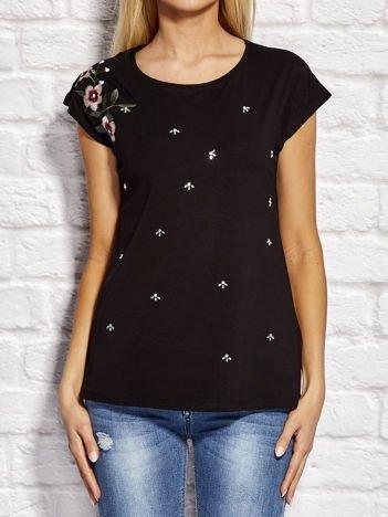 YUPS Czarny t-shirt z kwiatowym haftem i aplikacją