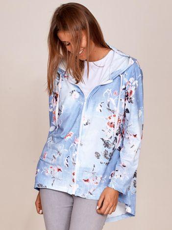 Zapinana jasnoniebieska bluza w kwiaty z kapturem i dłuższym tyłem