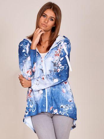Zapinana niebieska bluza w kwiaty z kapturem i dłuższym tyłem