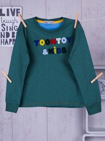 Zielona bluzka dla chłopca z wyszywanym napisem