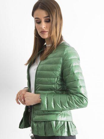 Zielona kurtka przejściowa z falbaną