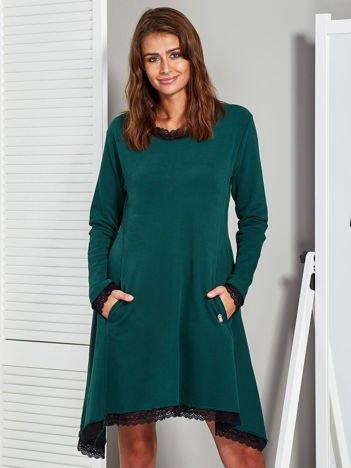 Zielona sukienka z koronkowym wykończeniem