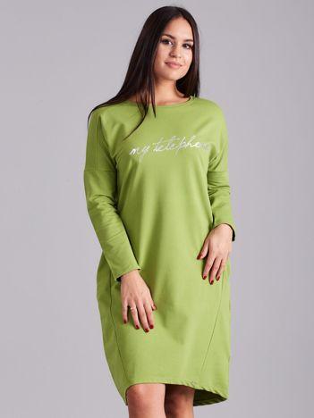 Zielona sukienka z napisem