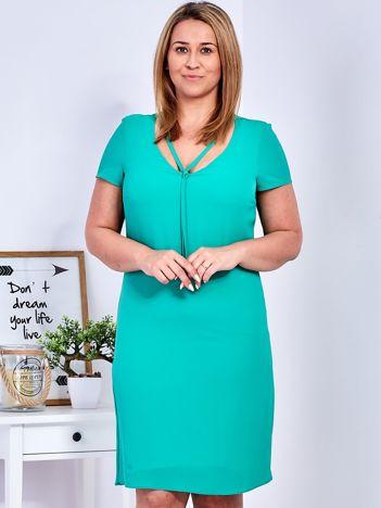 Zielona sukienka z ozdobnym wiązaniem PLUS SIZE