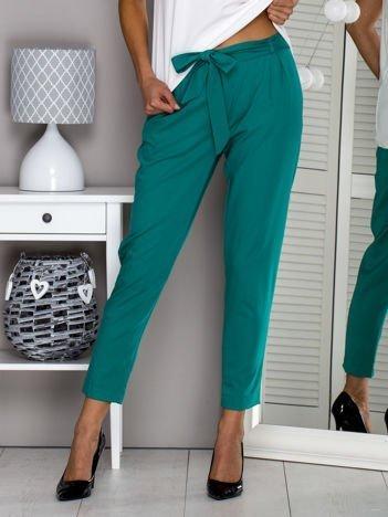 Zielone materiałowe spodnie z wiązaniem