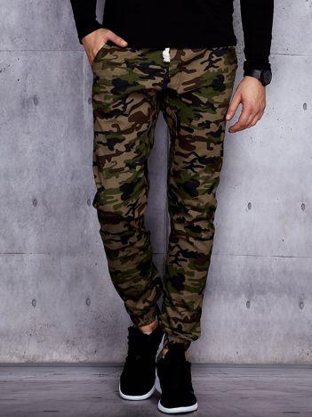 Zielone męskie spodnie joggery we wzór moro