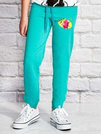 Zielone spodnie dresowe dla dziewczynki z bajkowym motywem
