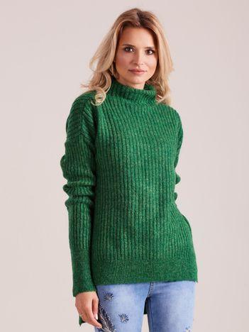 Zielony prążkowany sweter z golfem