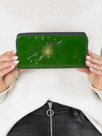 Zielony skórzany portfel z tłoczeniem w kwiaty