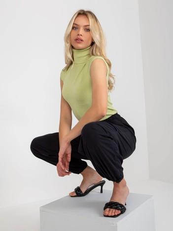 Zielony sweter z golfem i krótkim rękawem