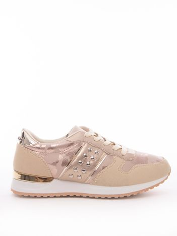 Złote buty sportowe z nitami na boku cholewki i wzorem moro