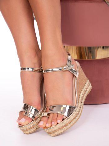 Złote sandały na koturnach z szlufką na palec