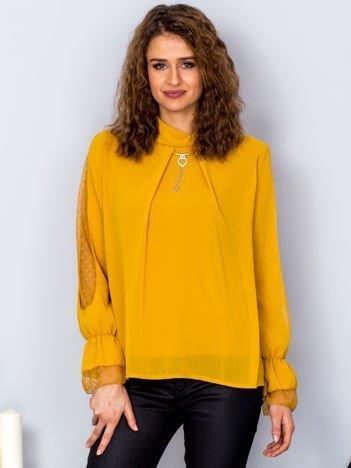Żółta bluzka z naszyjnikiem