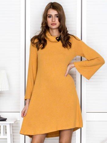 Żółta dzianinowa sukienka z rozszerzanymi rękawami