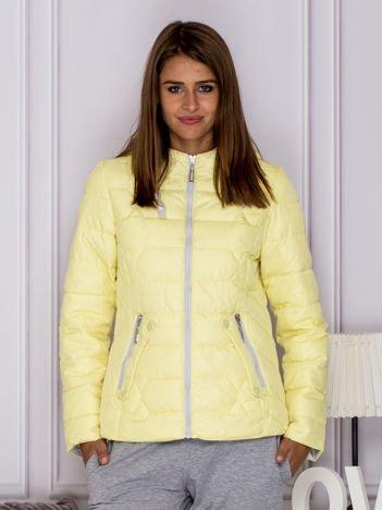 Żółta pikowana kurtka przejściowa z ozdobnymi suwakami