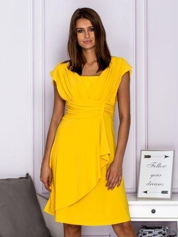 Żółta sukienka koktajlowa z marszczeniami i graficznym wzorem