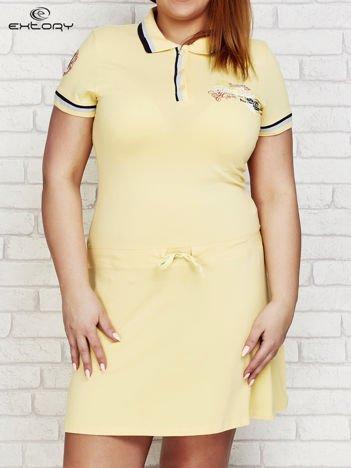 Żółta sukienka sportowa z kołnierzykiem i wiązaniem