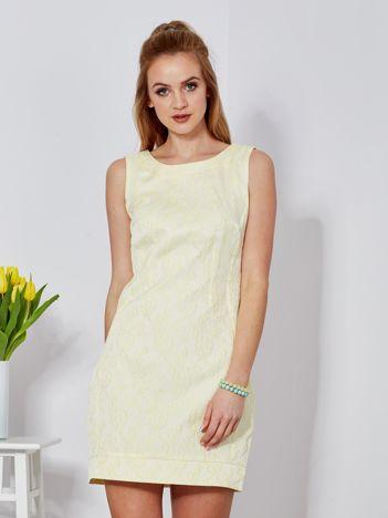 Żółta sukienka tuba w kwiatowy deseń