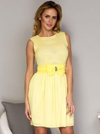 Żółta sukienka w groszki z ozdobnym pasem
